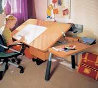 Стол с опускающимся бюро для ребенка
