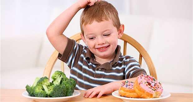 Ребенок выбирает между капустой и пончиками