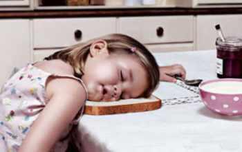 Ребенок спит на столе