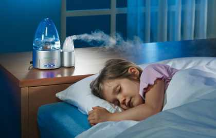 Девочка спит рядом с увлажнителем