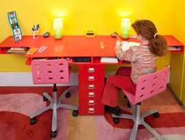 Стол для двоих детей у стены