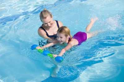 Мама учит плавать дочку