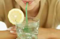 Ребенок пьет воду с лимоном