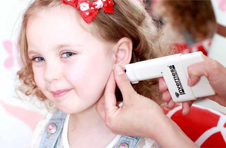 Девочке прокалывают ухо