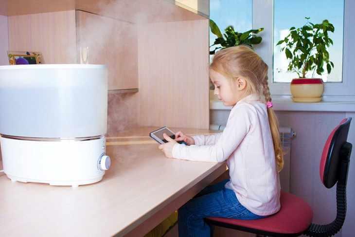 Увлажнитель воздуха на столе