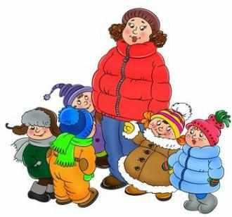 Дети зимой на прогулке с воспитателем