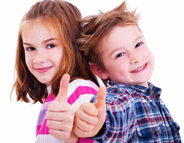 Мальчик и девочка показывают класс