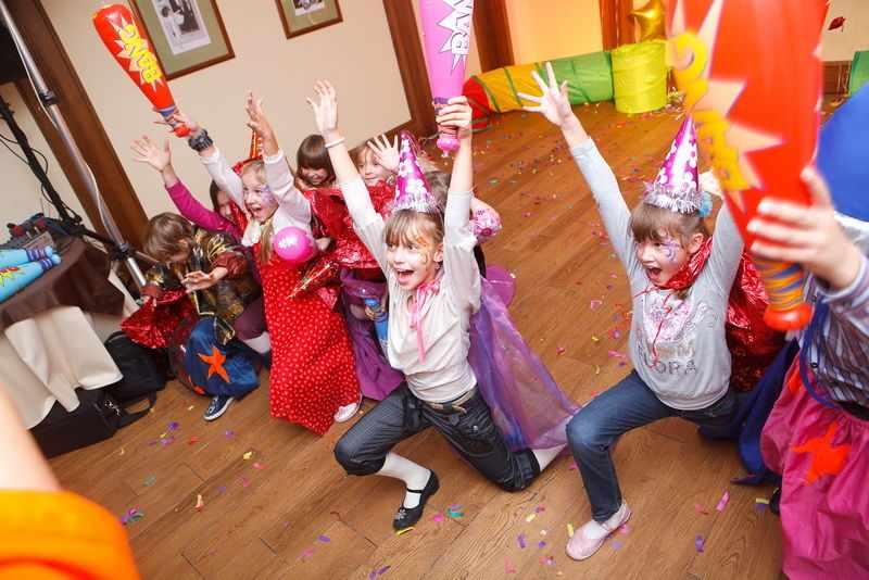 Дети переоделись для праздника