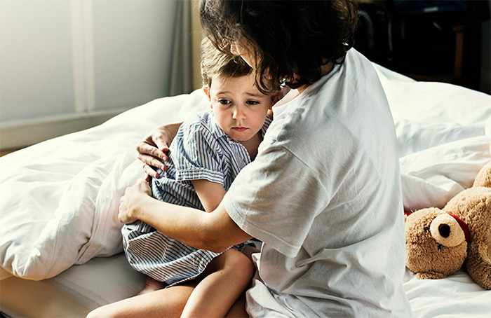Ребенка успокаивает мама