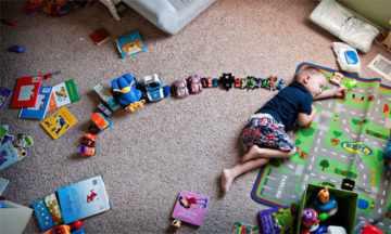 Ребенок устал играть дома