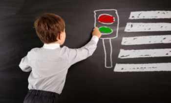 Мальчик рисует светофор