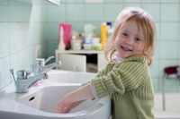 Ребенок стряхивает воду с рук