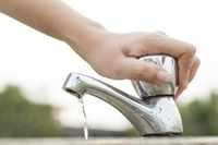Закрытие крана после мытья рук