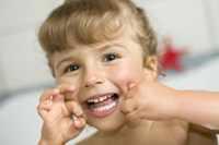 Ребенок использует зубную нить