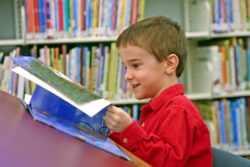 Ребенок листает страницы книги