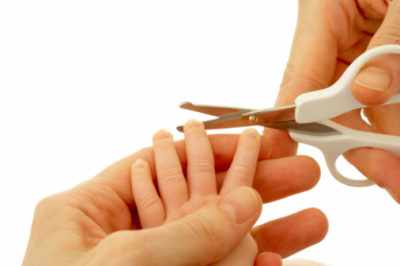 Детям стригут ногти