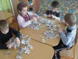 Дети рвут бумагу