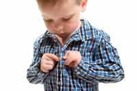 Ребенок одевает рубашку