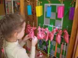 Девочка изучает мешочки с крупой