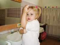 Ребенок закатывает рукава