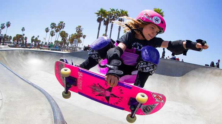 Девочка летит на скейте