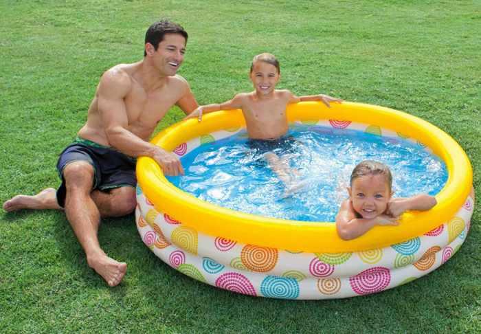 Папа с детьми в бассейне