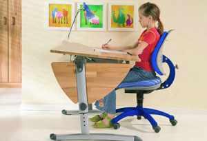 Ребенок сидит за столом