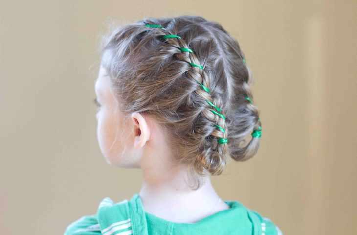 Детская прическа с лентами в косах
