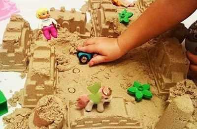 Игра с кинетическим песком заборчики