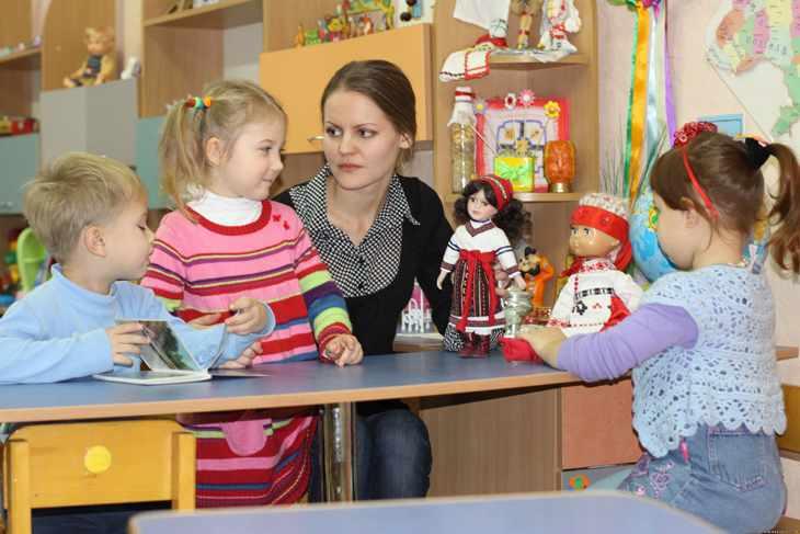 Дети играют в сказку