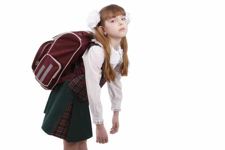 Девочка прогнулась под портфелем