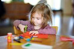 Ребенок вырезает из бумаги