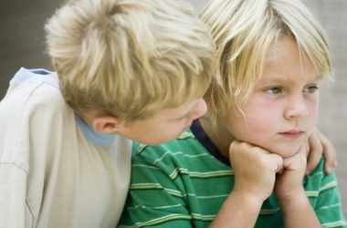 Как научить ребенка помогать другим