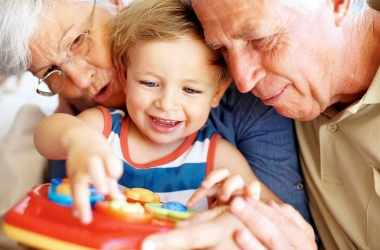 Бабушка и дедушка балуют ребенка: что делать?